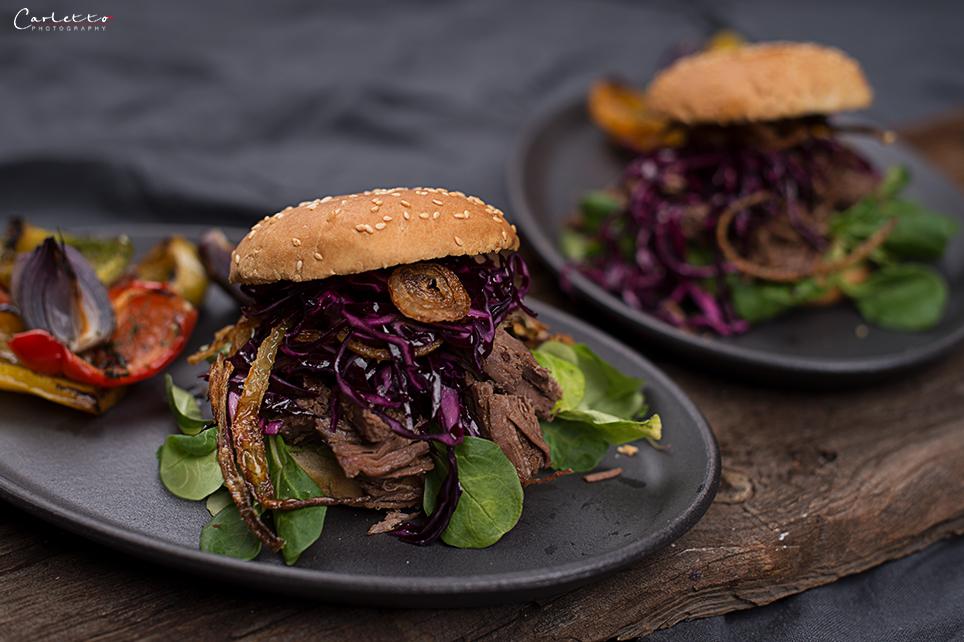 Pulled Beef Burger mit Rotkrautsalat & knusprigen Zwiebeln