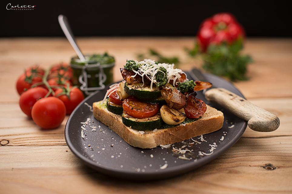 Gegrillter Gemuese-Specktoast mit hausgemachtem Frühlingskräuterpesto